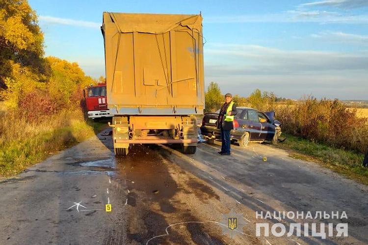 """У лікарні помер водій, який автомобілем """"Опель"""" в'їхав у вантажівку """"ДАФ"""" (ФОТО)"""