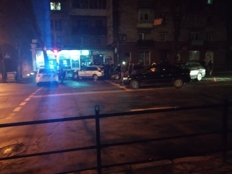 У центрі Тернополя масштабна аварія: автівки на тротуарі, є потерпілі (ФОТО)