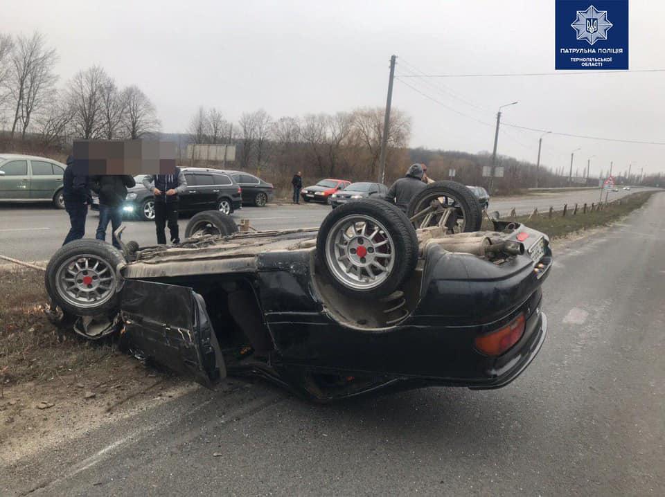 Біля Тернополя через п'яного водія перекинулося авто (ФОТО)