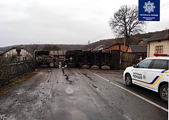 На Тернопільщині аварія: перекинулася фура, уся дорога перекрита (ФОТО)