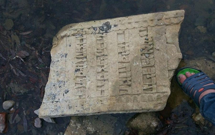 На гарячу єврейську лінію звернувся чоловік: у Дністрі на Тернопільщині рибалка знайшов старовинний надгробок (ФОТО)