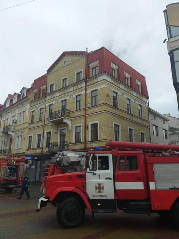 У центрі Тернополя спалахнула пожежа: горіла місцева редакція (фото)