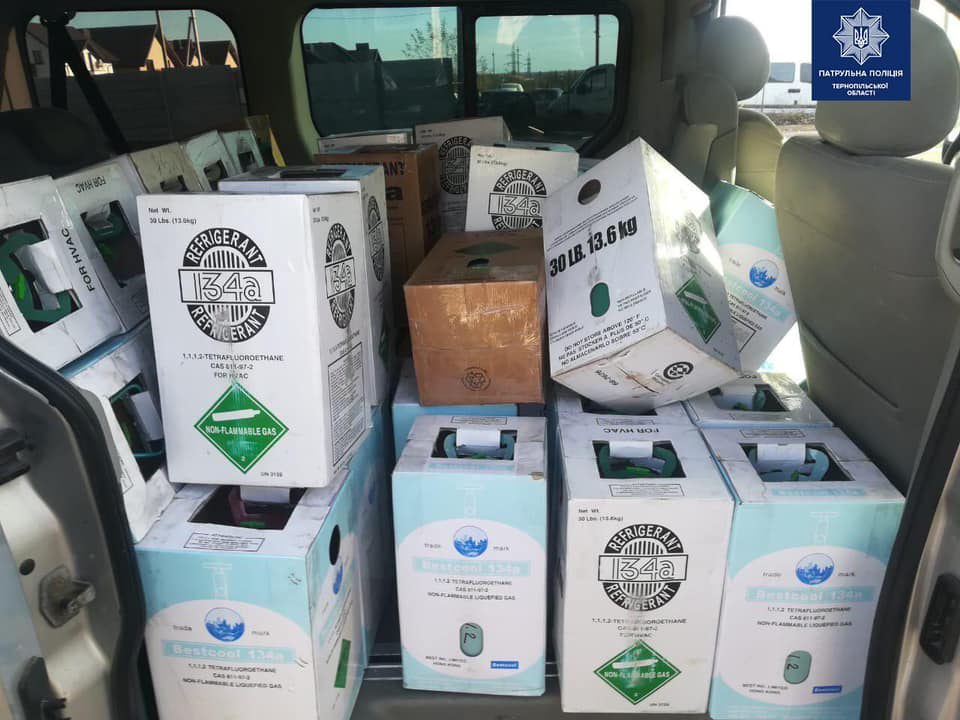 У Тернополі патрульна з СБУ зупинили авто, в якому перевозили 400 кг бурштину (ФОТО)