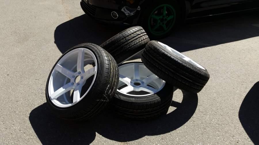 Біля Тернополя злодії зняли з автомобіля чотири новенькі шини