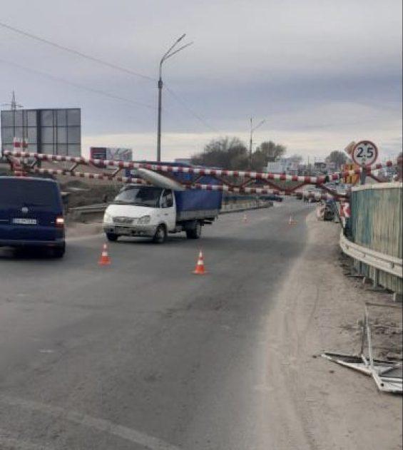 У Тернополі на Гаївському мості вантажівка в'їхала у обмежувач (ФОТО)