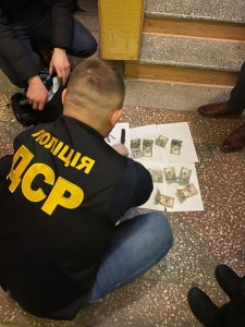 """Корупційний скандал на Тернопільщині: """"вимагав"""" 4200 доларів за вирішення питання"""
