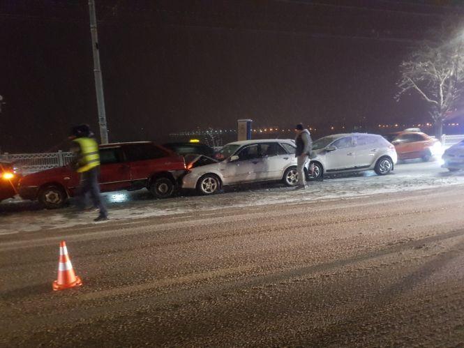 У Тернополі через сніг трапилося декілька аварій, одна з них масштабна (ФОТО)