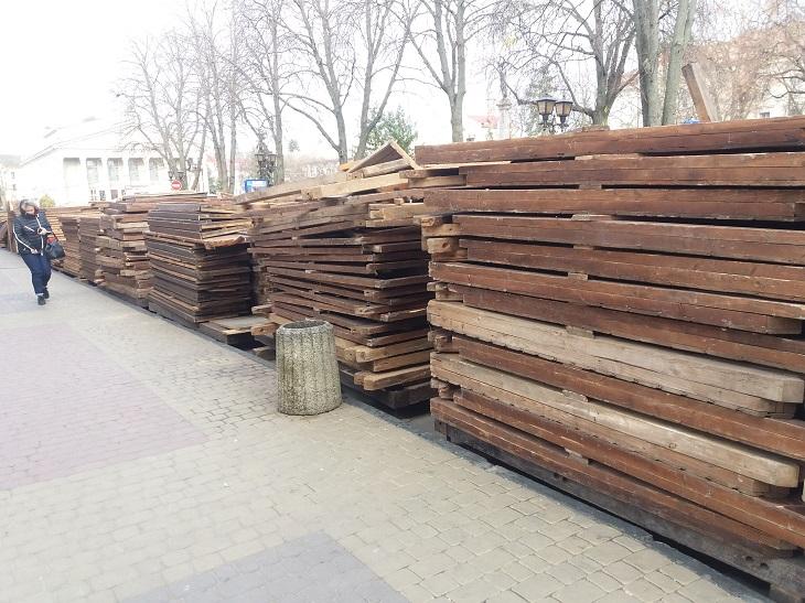 У центрі Тернополя облаштовують ковзанку (ФОТО)
