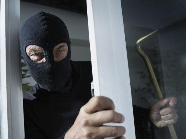Навіть поговорив із сусідами: біля Тернополя нахабний злодій обікрав будинок
