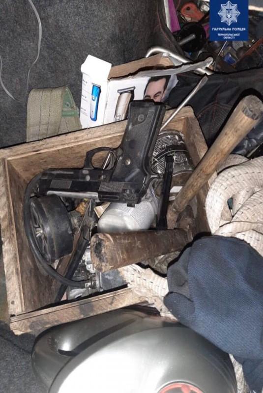 Нервував та поводився агресивно: у Тернополі 22-річний водій перевозив зброю (ФОТО)