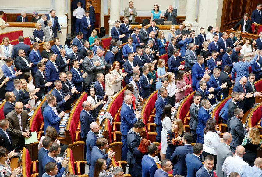 «Епоха бідності закінчена, друзі»: чиновникам значно підняли зарплати, а нардепи будуть отримувати по 100 тисяч грн