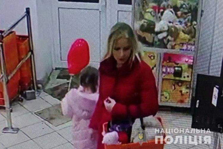 У Тернополі в магазині зганьбилася молода жінка: розшук (ФОТО)
