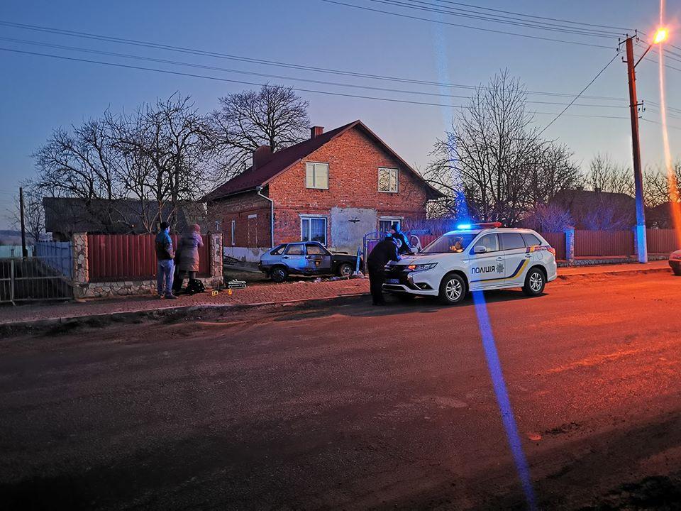 На Тернопільщині авто охоронної фірми знесло паркан і влетіло на приватне подвір'я (ФОТО)