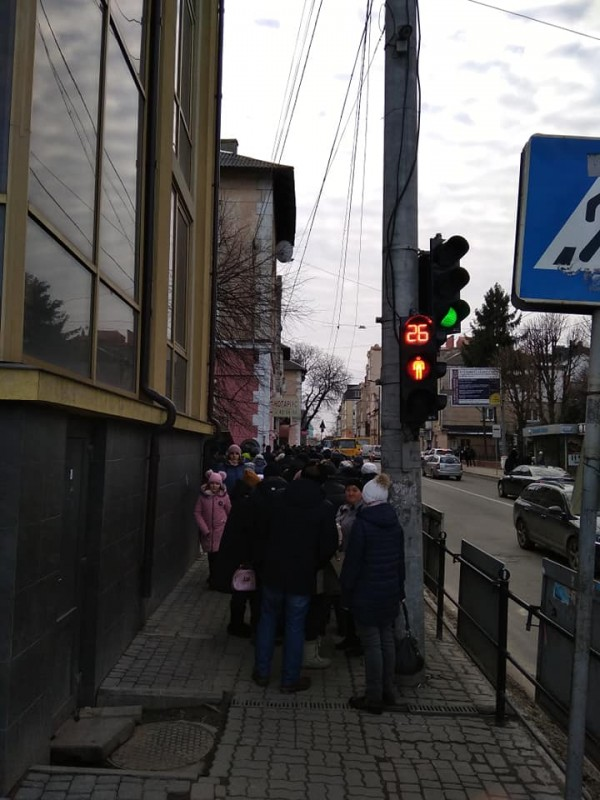 """""""Кінець епохи бідності"""": у Тернополі біля польських банків довжелезні черги (ФОТО)"""