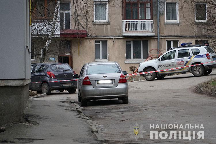 У центрі Тернополя під автомобілем знайшли підозрілу коробку (ФОТО, ВІДЕО)