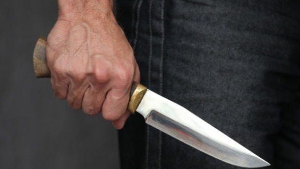 На Тернопільщині чоловік під час сварки вхопив ніж, приставив до шиї жінки і погрожував вбивством