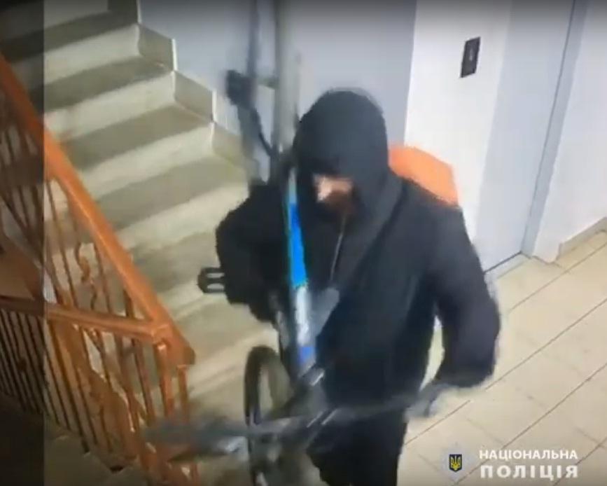 """У Тернополі камери """"спіймали"""" злодія: розшук (ВІДЕО)"""