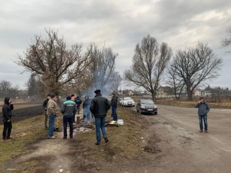 На Тернопільщині люди створили блокпости, аби не пропустити евакуйованих з Китаю (ВІДЕО)