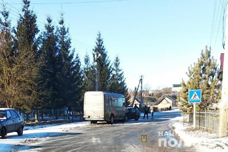"""Через слизьку дорогу на Тернопільщині зіткнулися автобус """"Мерседес"""" та легковий автомобіль (ФОТО)"""