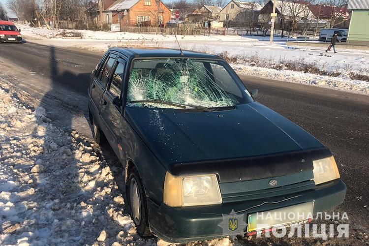 """На Тернопільщині водійка на """"Славуті"""" збила пішоходів: жінка загинула, а неповнолітню забрали у лікарню (ФОТО)"""