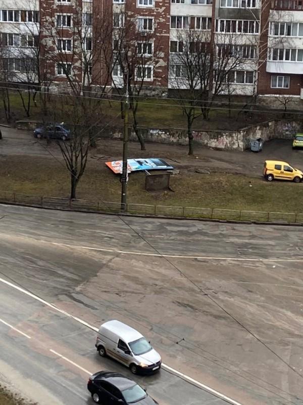 У Тернополі шквальний вітер звалив білборд (ФОТО)