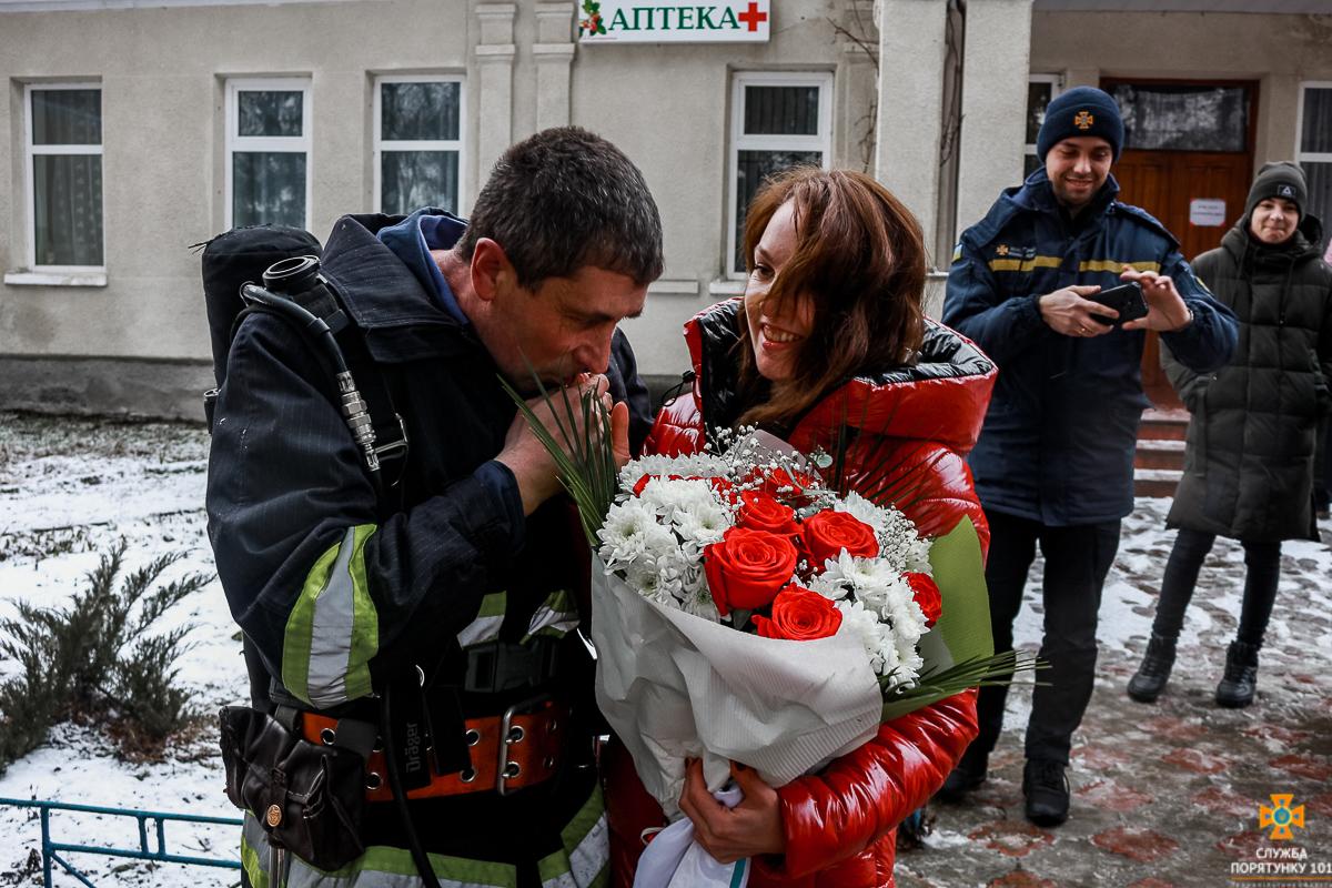 На Тернопільщині рятувальник освідчився коханій, коли виніс її з пожежі (ВІДЕО)