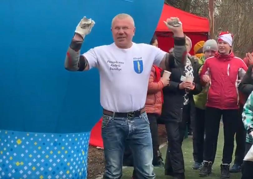 Розірвав руками календар за 7 секунд: у Тернополі визначили ще одного рекордсмена (ФОТО, ВІДЕО)