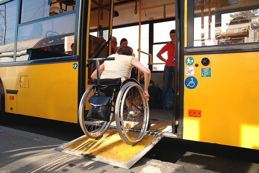 Тернополянин, який пересувається на візку, проінспектував автобус 35-го маршруту.