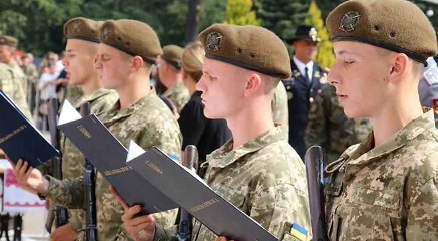 Хто з жителів Тернопільщини піде до армії у 18 років?