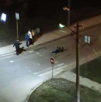 Лягли посеред дороги: у Тернополі молодь ризикує життям заради фото (ВІДЕО)