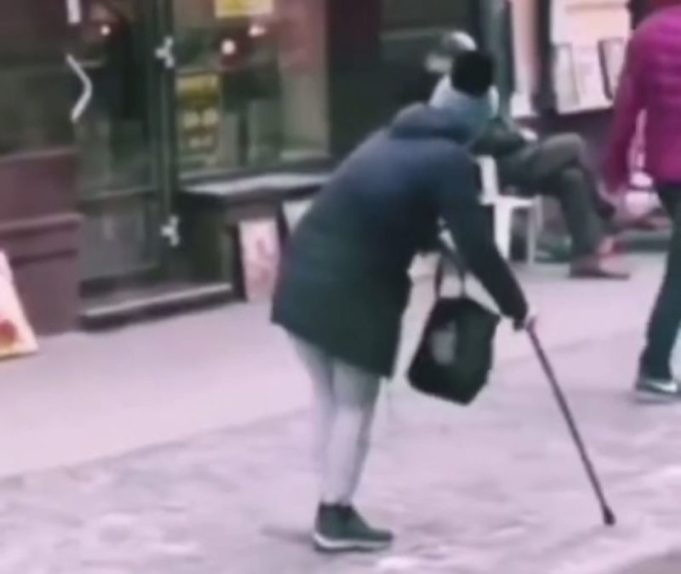 """""""Зцілення"""" жебрачки: шахрайка """"заробляла"""" в центрі Тернополя, прикидаючись хворою (ВІДЕО)"""