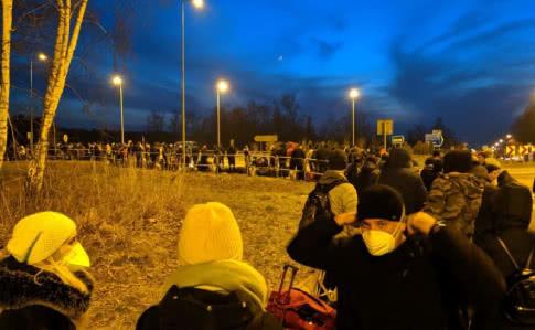 Після заяви про закриття кордону додому масово кинулися українці з Польщі