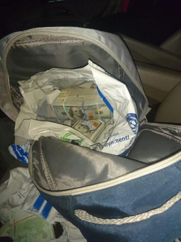Спіймали на кордоні: з Польщі до України чоловік намагався ввезти 500 000 Євро та 240 000 доларів (ФОТО)