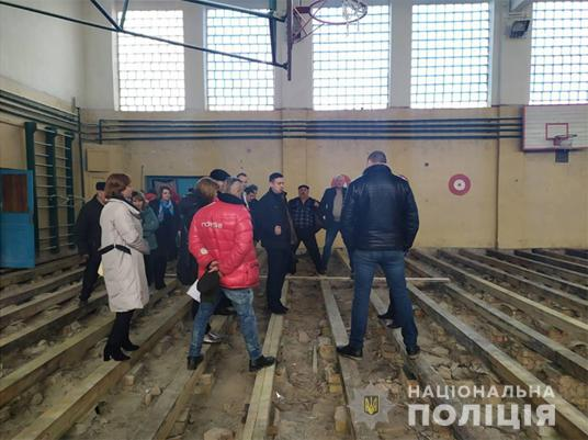 Відремонтували спортзал, а підлога зацвіла: чи було зловживання під час ремонту в школі на Лановеччині