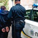 У Тернополі вночі чоловік цеглою побив у дворі дві автівки