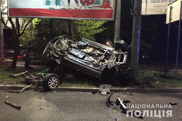 Колеса відірвані, авто перекинуте: показали відео жахливої аварії у Тернополі