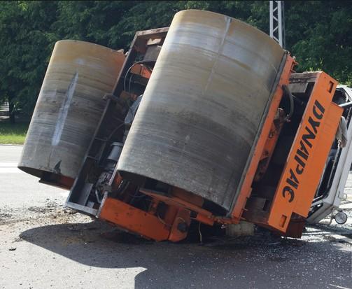 У Тернополі водій катка врізався у стовп: транспорт перекинувся