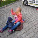 """Могла трапитися біда: на """"Східному"""" на дорозі сиділа жінка з маленькою дитиною (ФОТО)"""