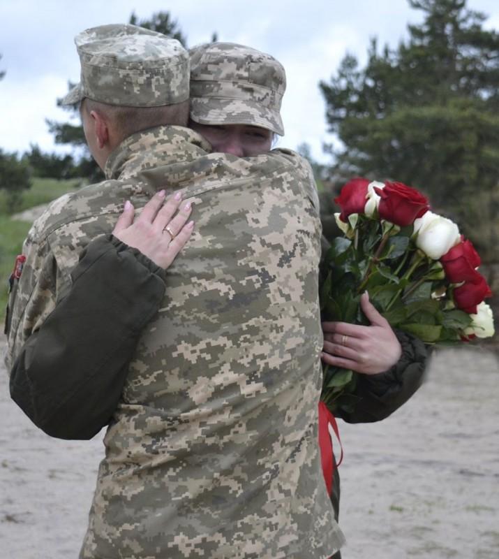 """""""Відповіла – так"""": тернопільський військовослужбовець зворушливо освідчився своїй коханій на полігоні (ФОТО)"""