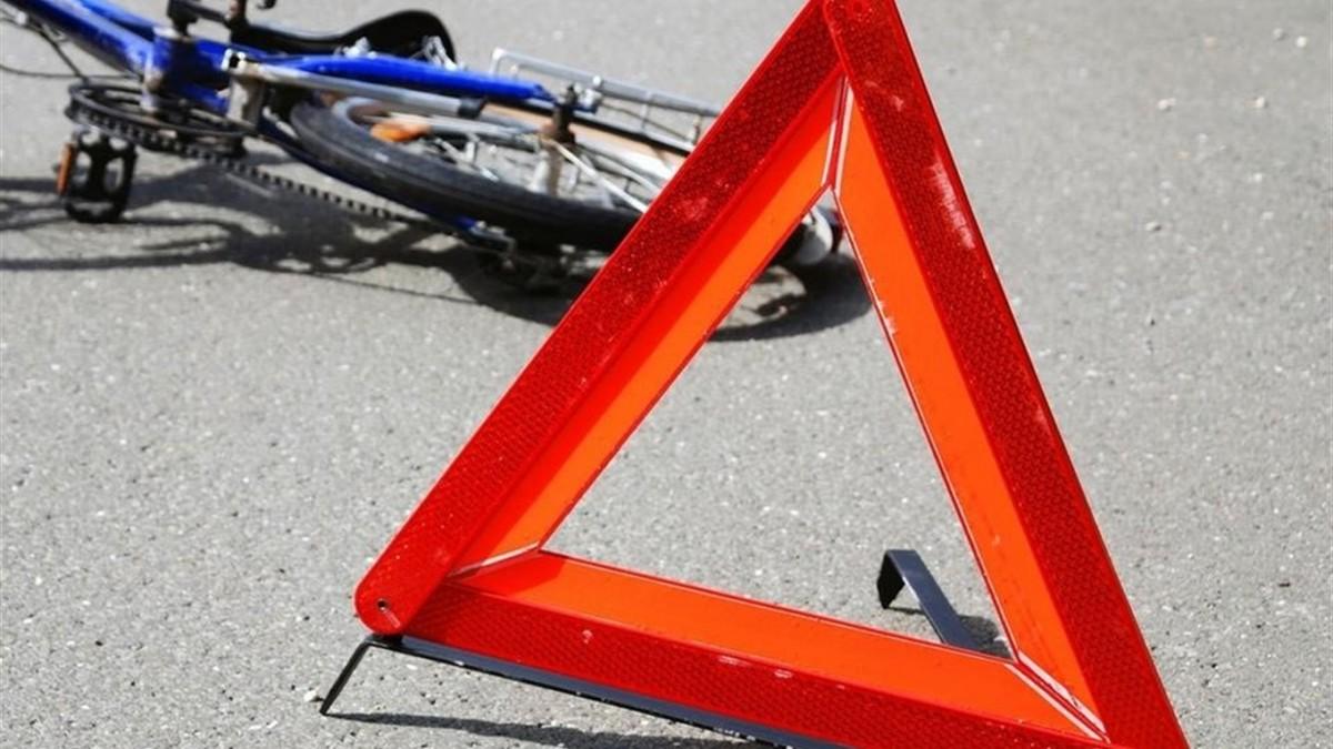 Неподалік Тернополя вантажівка зачепила велосипедиста: чоловік у реанімації
