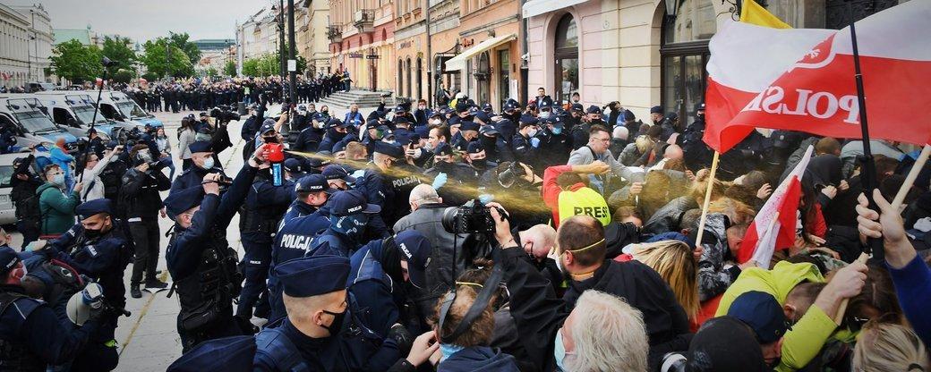 У Польщі мітинги проти карантину: поліція застосувала сльозогінний газ (ФОТО, ВІДЕО)