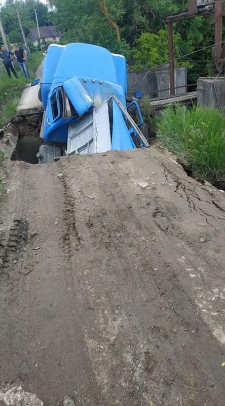 На Тернопільщині вантажівка провалилася на мості (ФОТОФАКТ)
