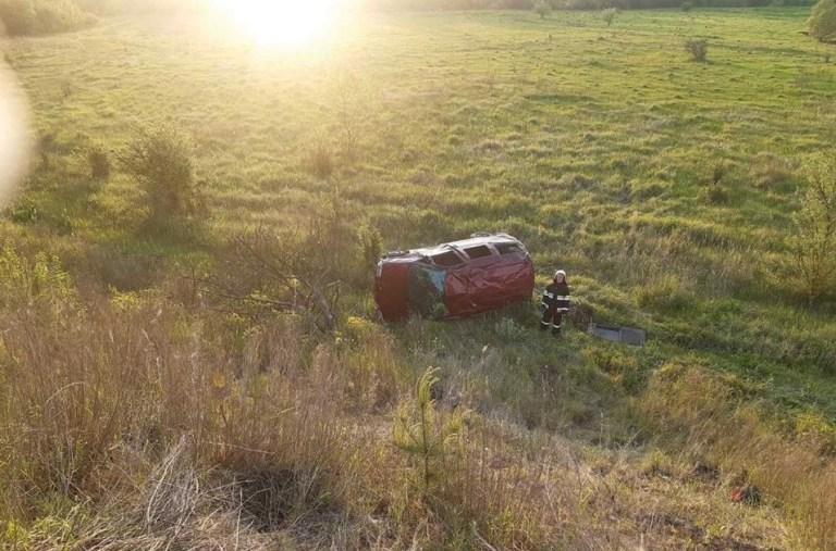 ДТП на Тернопільщині: автомобіль злетів з дороги у поле (ФОТО)