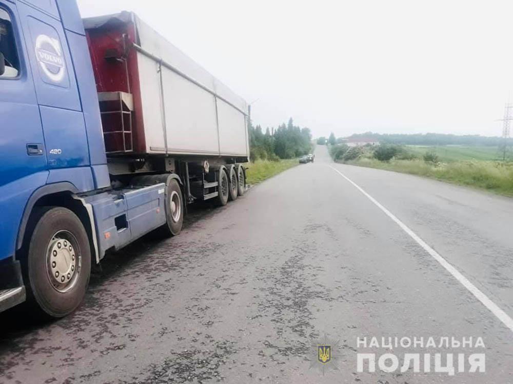 Смертельна пригода: на дорозі під час руху відірвалося колесо вантажівки і вбило пішохода (ФОТО)