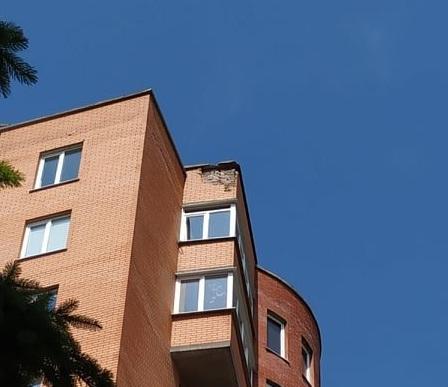 Відколовся шмат фасаду: у Тернополі блискавка влучила у житловий будинок (ФОТО, ВІДЕО)