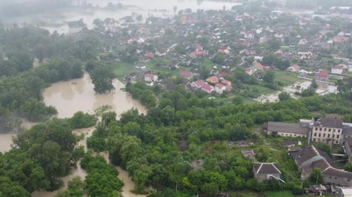 Підтоплення, повалені дерева, порив дамби: негода наробила лиха в 8 областях України (ФОТО)