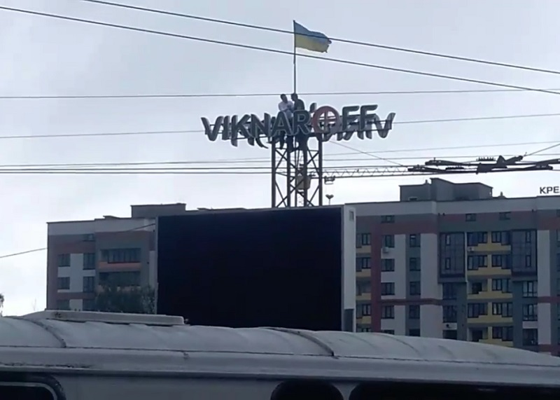 У Тернополі прокурор області виліз на білборд… аби врятувати самогубця (ВІДЕО)