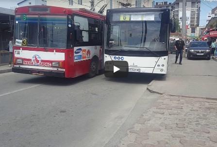 ДТП на тернопільській дорозі: не розминулися два тролейбуси (ВІДЕО)
