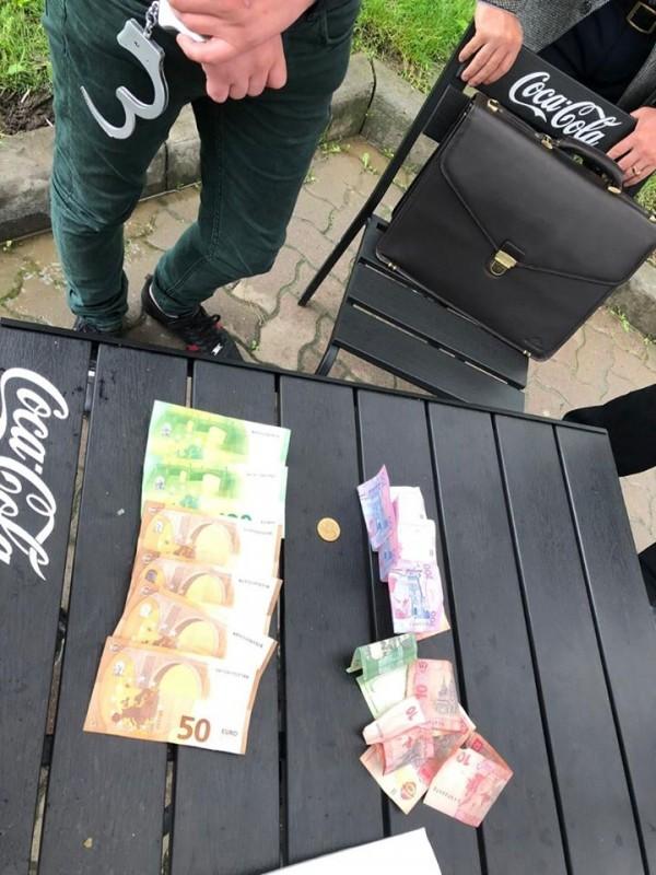 Вимагав від перевізника по 150 євро: затримали рекетира, який вимагав у тернополянина гроші, інакше обіцяв спалити майно