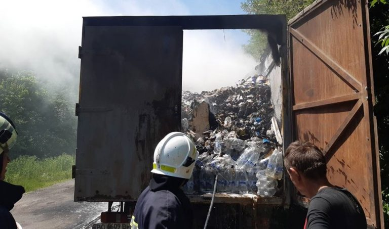 Пожежа на Тернопільщині: на дорозі загорілася фура з продуктами (ФОТО)